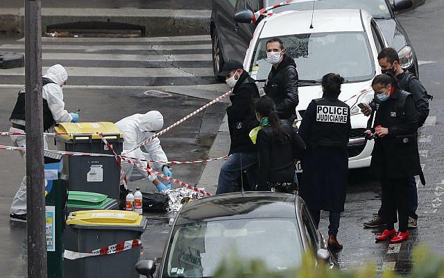 Des policiers se rassemblant dans la zone d'une attaque au couteau près des anciens bureaux du journal satirique Charlie Hebdo, vendredi 25 septembre 2020 à Paris. La police parisienne affirme avoir arrêté un homme soupçonné d'une attaque au couteau qui a blessé au moins deux personnes à proximité des anciens bureaux du journal satirique Charlie Hebdo. La police pensait au départ qu'il y avait deux agresseurs, mais dit maintenant qu'il n'y en avait qu'un. (Photo AP / Thibault Camus)