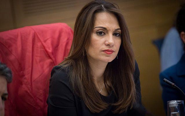 La députée Yifat Shasha-Biton préside une réunion de la commission des Droits des enfants à la Knesset, le 10 janvier 2017. (Crédit : Miriam Alster/FLASH90)