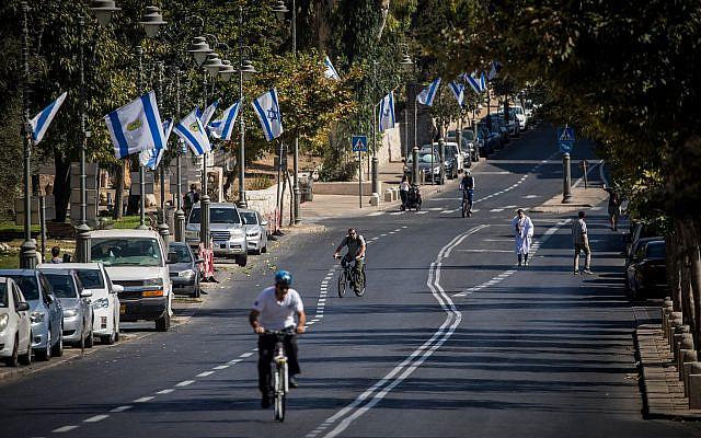 Des personnes faisant du vélo le long de la route déserte de Jérusalem, le jour de Yom Kippour, 9 octobre 2019. Photo de Yonatan Sindel / Flash90