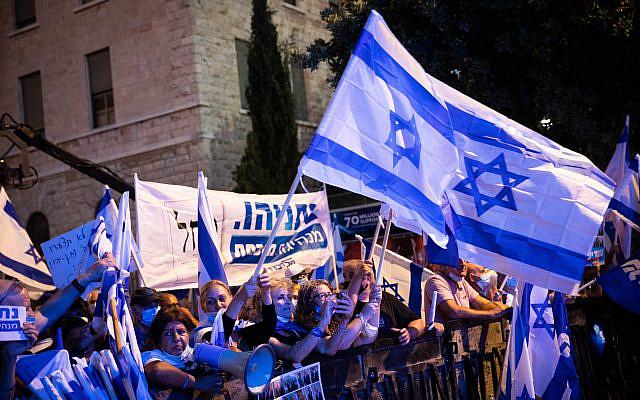 Des militants de droite et des partisans du Premier ministre israélien Benjamin Netanyahu se rassemblant devant la résidence du Premier ministre à Jérusalem. 20 août 2020. Photo de Yonatan Sindel / flash90