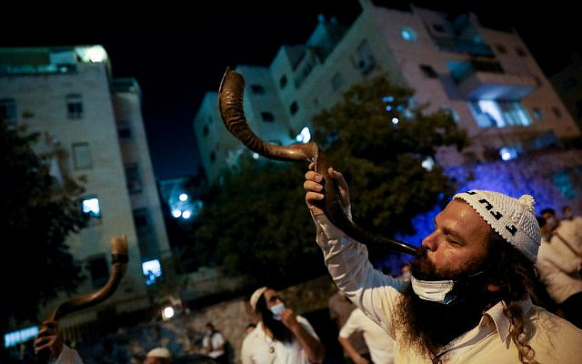 Des juifs ultra-orthodoxes Breslev protestant contre le Premier ministre Benjamin Netanyahu, exigeant une solution qui leur permettrait de se rendre à Uman, devant le domicile du ministre de l'Intérieur Aryeh Deri à Jérusalem le 30 août 2020. Photo par Olivier Fitoussi / Flash90