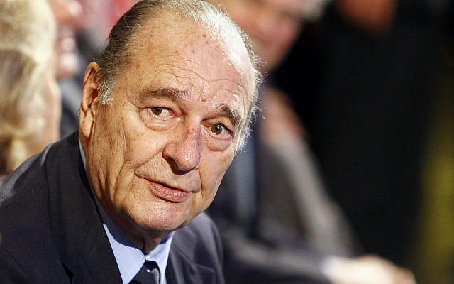 L'ancien président français Jacques Chirac assistant à une cérémonie de remise des lauréats de la Fondation Chirac au musée du Quai Branly à Paris. Jacques Chirac, le 24 novembre 2011 (AP Photo / Francois Mori, File)