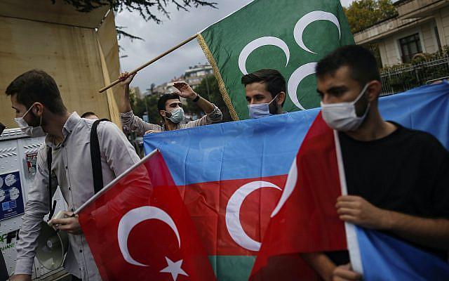 Des jeunes de l'organisation Turquie Youth Foundation scandent des slogans lors d'une manifestation de soutien à l'Azerbaïdjan devant le consulat d'Azerbaïdjan à Istanbul, mardi 29 septembre 2020. Les forces arméniennes et azerbaïdjanaises se sont accusées mutuellement d'attaques sur leur territoire mardi, alors qu'elles se disputaient la région séparatiste du Haut-Karabakh a continué pour une troisième journée consécutive après la reprise d'un conflit vieux de plusieurs décennies. (Photo AP / Emrah Gurel)