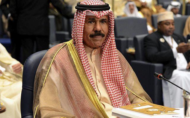 Dans cette photo d'archive du mercredi 26 mars 2014, le prince héritier du Koweït Sheik Nawaf Al-Ahmad Al-Jaber Al-Sabah assiste à la séance de clôture du 25e sommet arabe au palais de Bayan à Koweït. Le prince héritier du Koweït, Sheikh Nawaf Al Ahmad Al Sabah, est devenu le nouvel émir au pouvoir de la nation, le mardi 29 septembre 2020, ont rapporté les médias d'État, atteignant le poste le plus élevé du pays après des décennies de services dans la sécurité du pays. (AP Photo / Nasser Waggi, dossier)