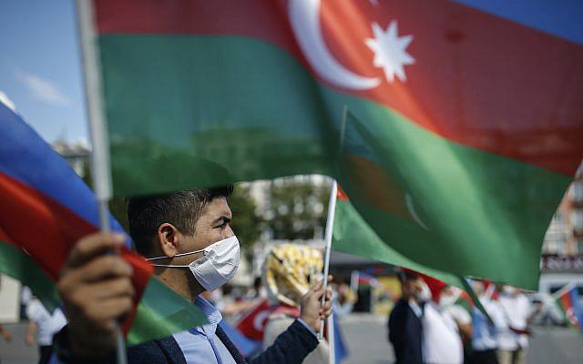 Un manifestant tenant des drapeaux de l'Azerbaïdjan, lors d'une manifestation de soutien à l'Azerbaïdjan, à Istanbul, le jeudi 1er octobre 2020.(Photo AP / Emrah Gurel)