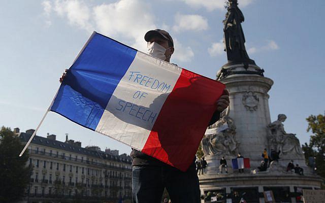 Un manifestant tenant le drapeau français avec le slogan «Liberté d'expression» lors d'une manifestation dimanche 18 octobre 2020 à Paris. (Photo AP / Michel Euler)