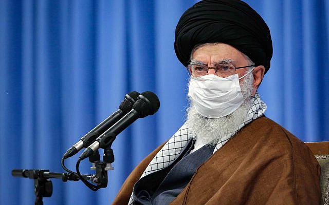 Sur cette photo publiée par le site officiel du bureau du chef suprême iranien, le guide suprême l'ayatollah Ali Khamenei, portant un masque, assiste à une réunion avec le siège national de Corona, à Téhéran, en Iran, samedi octobre. 24, 2020. (Bureau du guide suprême iranien via AP)