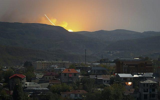 Explosions observées derrière les montagnes lors d'un conflit militaire à l'extérieur de Stepanakert, la région séparatiste du Haut-Karabakh, vendredi 30 octobre 2020. L'armée azerbaïdjanaise s'est rapprochée d'une ville clé du territoire séparatiste du Haut-Karabakh après plus de un mois de combats intenses. (Photo AP)