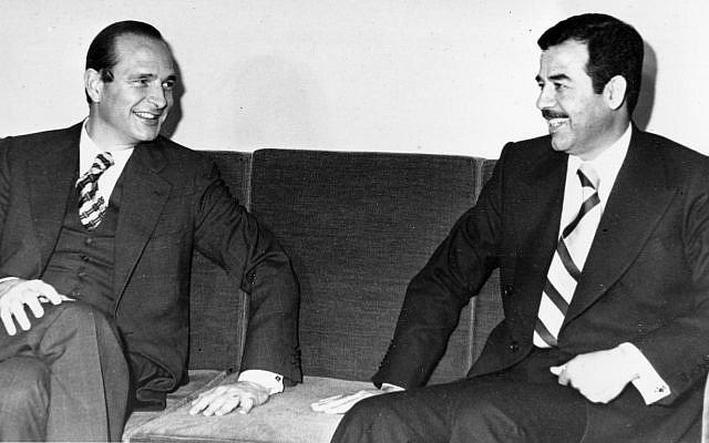 Le Premier ministre français Jacques Chirac, à gauche, et le dirigeant irakien Saddam Hussein s'entretiennent avant le dîner d'État de dimanche soir à Bagdad, en Irak, le 2 décembre 1974 (Crédit: AP Photo)