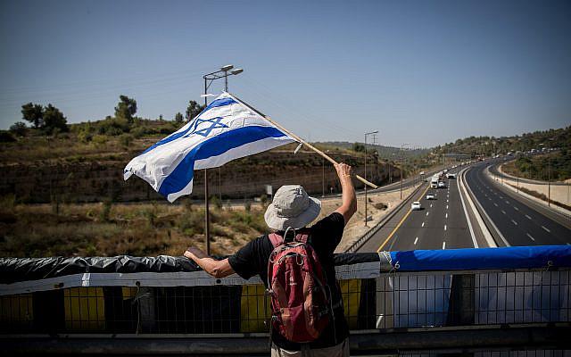 Les Israéliens manifestant contre le Premier ministre Benjamin Netanyahu au point d'échange Hemed sur la route numéro 1 à l'extérieur de Jérusalem le 29 septembre 2020, lors du confinement national. Photo par Yonatan Sindel / Flash90