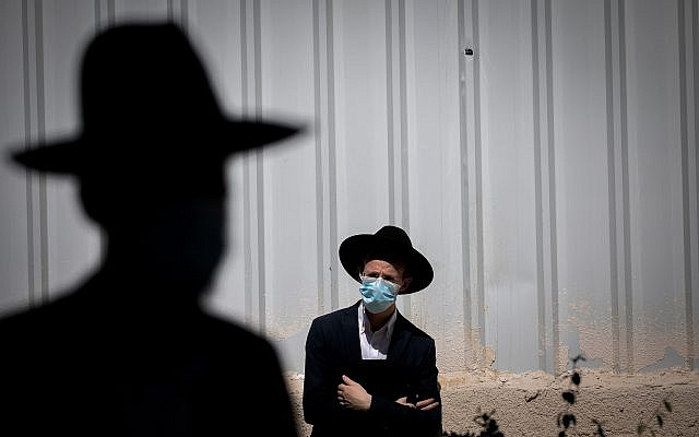 Des juifs ultra-orthodoxes assistent aux funérailles du rabbin Yechezkel Koren, chef de la yeshiva Kol Torah dans le quartier de Bayit VeGan, Jérusalem, le 12 octobre 2020. Photo de Yonatan Sindel / Flash90