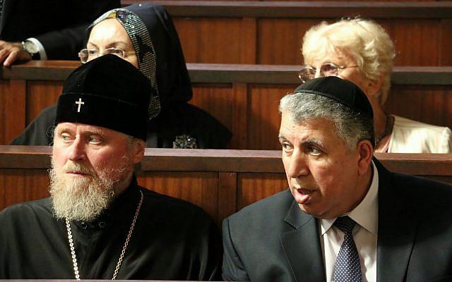 Le président des Juifs des Montagnes Melikh Yevdayev (à droite) avec le patriarche de l'Église orthodoxe russe de l'Azerbaïdjan Aleksandr Ishein (à gauche), la vice présidente des Musulmans du Caucase Gamarkhanim Javadli (haut gauche), présidente de l'Association VALISKE Régine Waksman (haut droite) à la grande synagogue de la Paix à Strasbourg, lors de la visite de la délégation multiconfessionnelle d'Azerbaïdjan en France en septembre 2015