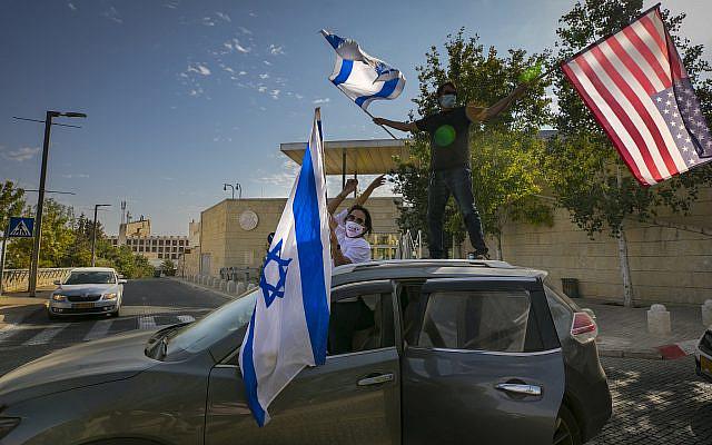 Des partisans israéliens de Donald Trumps agitent des drapeaux américains et israéliens pour soutenir sa candidature à la présidentielle devant l'ambassade américaine à Jérusalem le 27 octobre 2020. Photo d'Olivier Fitoussi / Flash90.