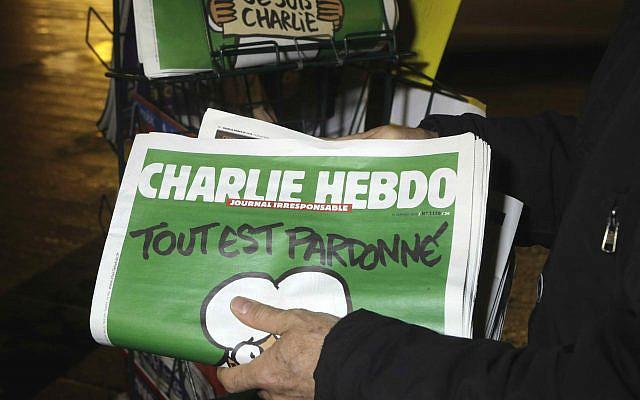 Mercredi 14 janvier 2015, photo d'archive, un vendeur de journaux stocke plusieurs journaux Charlie Hebdo dans un kiosque à Nice, en France. Le journal satirique français Charlie Hebdo publiera une version allemande dans le pays qui a donné le meilleur accueil à l'hebdomadaire hors de France depuis les attentats. (AP Photo / Lionel Cironneau, File)