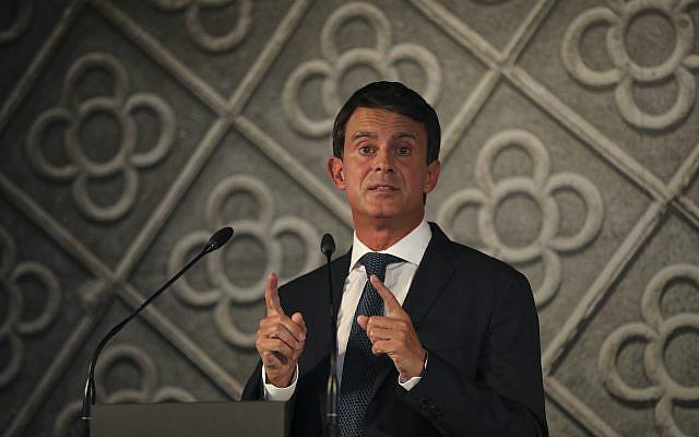 L'ancien Premier ministre français Manuel Valls prenant la parole lors d'une conférence de presse à Barcelone, en Espagne, pour annoncer sa candidature à la mairie de Barcelone le mardi 25 septembre 2018 (Crédit: AP Photo / Emilio Morenatti)