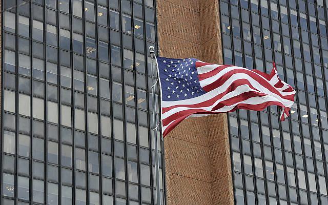 Le drapeau américain au palais de justice James A. Byrne des États-Unis, mardi 3 novembre 2020, à Philadelphie. (Photo AP / Michael Perez)