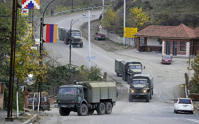 Le convoi de soldats de la paix russes traverse une rue de Stepanakert, la région séparatiste du Haut-Karabakh, le dimanche 15 novembre 2020. Les forces ethniques arméniennes contrôlaient le Haut-Karabakh et d'importants territoires adjacents depuis la fin de 1994 d'une guerre séparatiste. Les combats ont repris fin septembre et se sont maintenant terminés par un accord qui appelle l'Azerbaïdjan à reprendre le contrôle des territoires périphériques et à lui permettre de conserver les parties du Haut-Karabakh qu'il s'est emparé pendant les combats. (Photo AP / Sergei Grits)