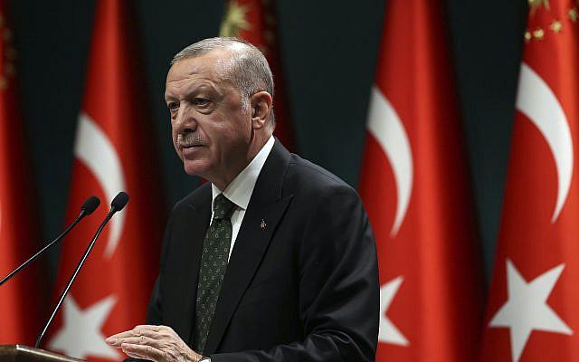 Le président turc Recep Tayyip Erdogan s'exprimant à la suite d'une réunion du cabinet à Ankara, en Turquie, le mardi 17 novembre 2020. La Turquie réintroduit une série de restrictions, y compris des verrouillages partiels le week-end, dans le but de ralentir la flambée des cas de COVID-19 dans le pays. (Présidence turque via AP, Pool)