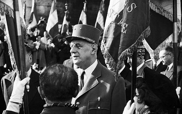 Le président français Charles de Gaulle passant en revue la garde d'honneur à l'aéroport national de Washington, aux États-Unis, le 22 avril 1960 (AP Photo)