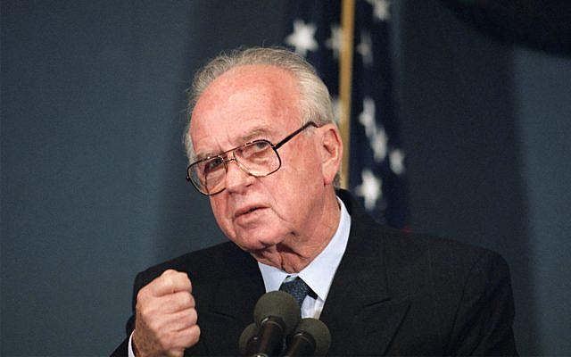 Le Premier ministre Yitzhak Rabin à Washington, DC, le 16 novembre 1993 (Crédit : AP Photo / Charles Tasnadi)