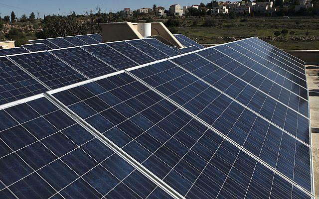 Des panneaux solaires placés sur un toit de Tzur Hadassah, le 28 janvier 2010. Photo par Nati Shohat / Flash90