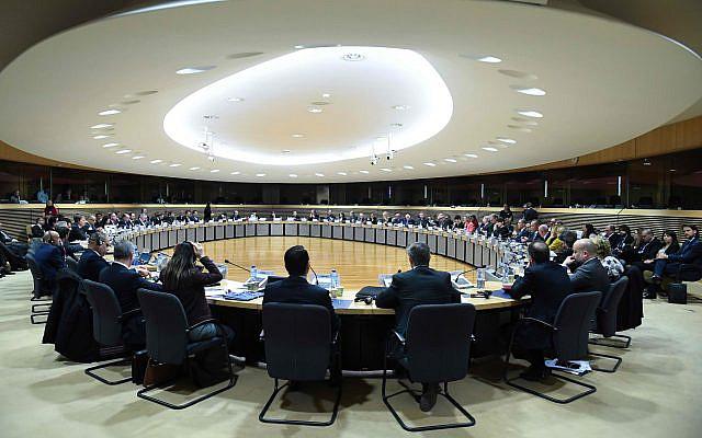 La chef de la politique étrangère de l'Union européenne, Federica Mogherini, au centre droit, présidant une session ordinaire du Groupe international des donateurs pour la Palestine (Comité de liaison ad hoc (AHLC)) au siège de l'UE à Bruxelles, le mardi 20 mars 2018. (Emmanuel Dunand, Photo de la piscine via AP)