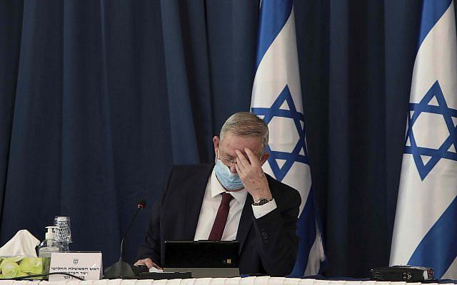 Le ministre israélien de la Défense et Premier ministre suppléant Benny Gantz, assistant à la réunion hebdomadaire du cabinet, au ministère des Affaires étrangères, à Jérusalem, dimanche 5 juillet 2020 (Photo de Gali Tibbon / Piscine via AP)