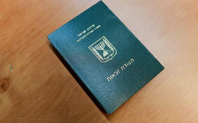 Les membres de la communauté de Falashmura recevant leurs documents après leur arrivée aux bureaux de l'immigration de l'aéroport Ben Gurion, près de Tel Aviv, le 4 février 2019. Photo de Tomer Neuberg / Flash90