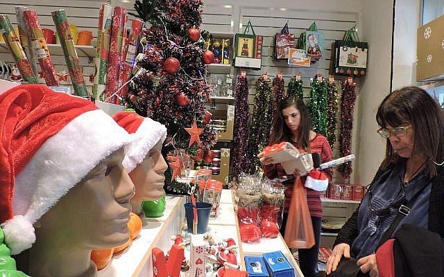 Magasin vendant des produits de Noël et du Nouvel An à Tel Aviv, en 2015 (Ben Sales)