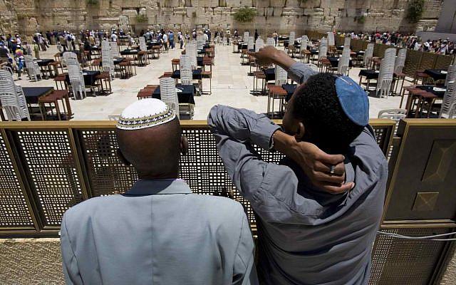 Asmamo Kasi, 72 ans, à gauche, et un parent non identifié qui sont tous deux des immigrants éthiopiens nouvellement arrivés en Israël, sont présentés au Mur des Lamentations à Jérusalem le 30 mai 2008. (Photo AP)