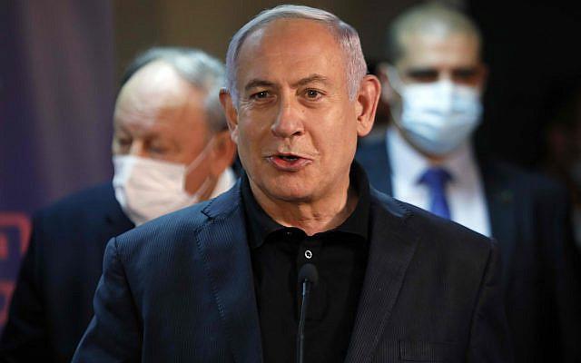 Le Premier ministre israélien Benjamin Netanyahu s'adressant aux médias avant de recevoir un vaccin contre le coronavirus au centre médical Sheba de Ramat Gan, en Israël, le samedi décembre. 19, 2020. (Amir Cohen / Piscine via AP)