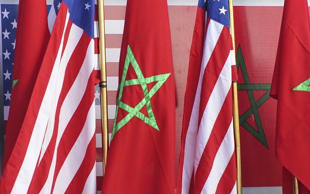 Les drapeaux américains et marocains se tenant ensemble sur le podium lors d'une visite de David Schenker, secrétaire d'État adjoint américain aux Affaires du Proche-Orient, ambassadeur des États-Unis au Maroc David T.Fischer et Nasser Bourita, ministre marocain des Affaires étrangères, à Dakhla, Sahara occidental sous administration marocaine, le dimanche 10 janvier 2021. (Photo AP / Noureddine Abakchou)