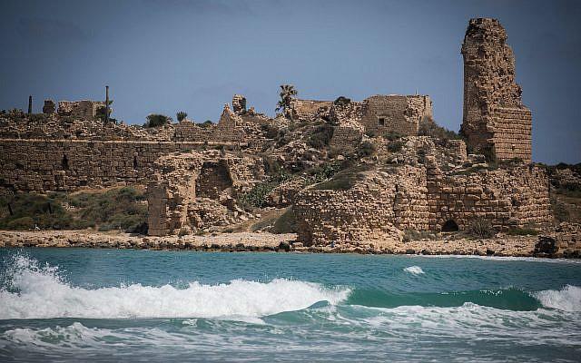Les ruines antiques de la forteresse d'Atlit sur la plage de la ville d'Atlit, dans le nord d'Israël, le 18 mai 2016. Photo de Hadas Parush / Flash90