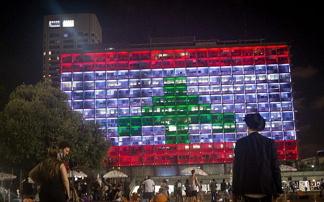 La municipalité de Tel Aviv sur la place Rabin, est illuminée du drapeau libanais, en solidarité avec les victimes qui ont été tuées dans l'explosion de Beyrouth, le 5 août 2020. Photo de Miriam Alster / Flash90