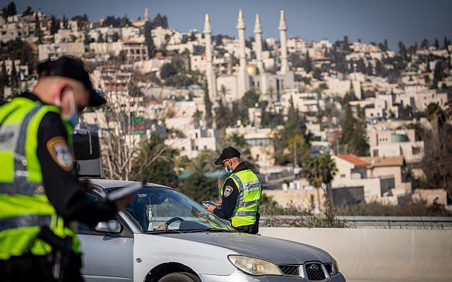 Barrage routier temporaire sur la route numéro 1 à l'extérieur de Jérusalem le 10 janvier 2021, lors d'un troisième confinement complet dans le pays, dans le but d'empêcher la propagation du coronavirus. Photo par Yonatan Sindel / Flash90