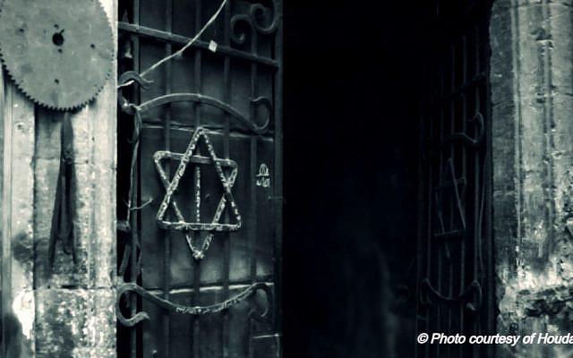 Une porte égyptienne à l'ancienne, frappée en son centre d'une magen David au milieu des raidillons de Harat Al Yahoud (le quartier des Juifs) du vieux Caire. Photo: Houda Belabd