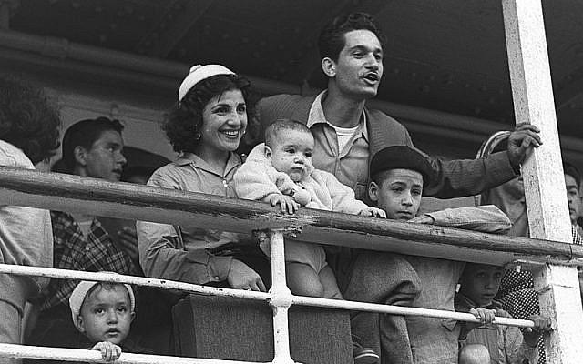 Des nouveaux arrivants marocains à bord du navire voyant des amis du Maroc au port de Haïfa, 1954 - Fritz Cohn. De la Collection Nationale de photos d'Israël.