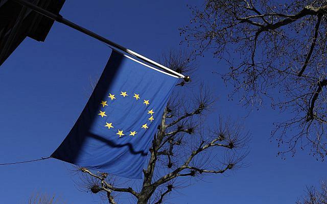 Le drapeau de l'Union européenne flotte à l'extérieur de l'Europe Maison de la Délégation du bureau officiel de l'Union européenne au Royaume-Uni à Londres, vendredi 22 janvier 2021. (Photo AP / Alastair Grant)