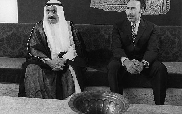 L'émir Hamad bin Khalifa Al Thani, à gauche, dirigeant du Qatar avec le président Houari Boumediene d'Algérie qui l'a accueilli à son arrivée à Alger le 4 septembre 1973 pour la 4e conférence au sommet des pays non alignés à Alger. (Photo AP / Paul Roque)