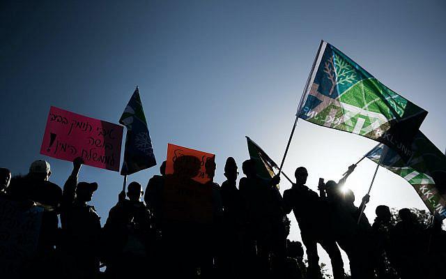 Des travailleurs du KKL-JNF tenant des pancartes et des drapeaux lors d'une manifestation devant le bureau du Premier ministre à Jérusalem, exigeant d'arrêter la législation gouvernementale, demandent au KKL-JNF de transférer 80% de ses revenus chaque année, le 12 octobre 2017. Photo de Yonatan Sindel / Flash90