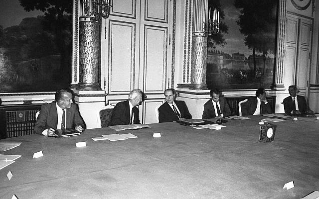 Le président français François Mitterrand, au centre, préside son cabinet nouvellement formé, y compris le ministre de la Défense Charles Hernu, à gauche, le ministre d'État à la Planification Gaston Defferre, deuxième à gauche et le ministre de la Justice Robert Badinter lors de leur réunion au palais présidentiel de l'Élysée, le 19 juillet 1984. (Photo AP / William Stevens)