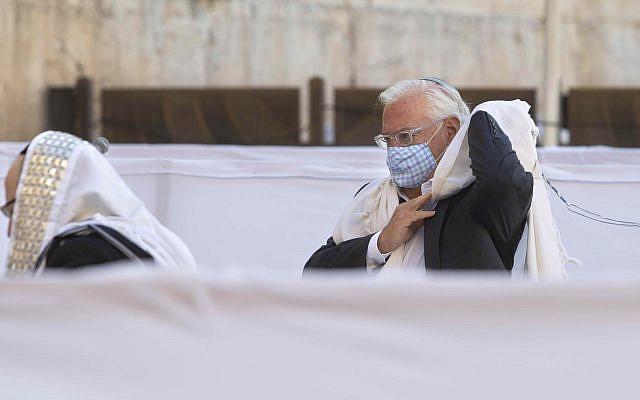 L'ambassadeur des États-Unis en Israël, David Friedman, priant pendant la fête juive de Souccot au Mur occidental, dans la vieille ville de Jérusalem, le lundi 5 octobre 2020 (AP Photo / Sebastian Scheiner)