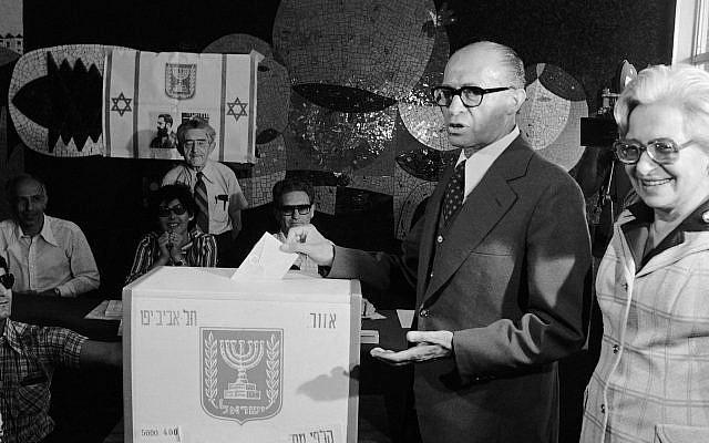Menahem Begin, chef du parti de droite israélien Likoud, dépose son bulletin lors des élections nationales du 17 mai 1977. Les sondages montrent que le Likud, le deuxième parti israélien, gagne en force. À droite, la femme de son Begin, Aliza. (Photo AP / Castro)