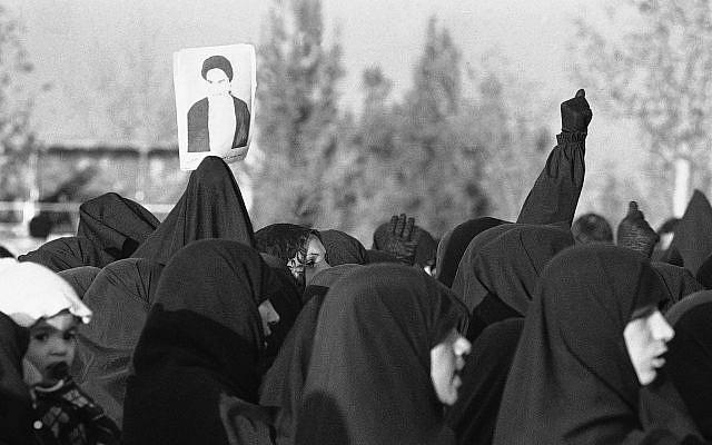 Photo de l'ayatollah Khomeiny portés par des femmes iraniennes qui ont franchi le cimetière Behesht-Zahra lors d'une manifestation anti-Shah le 23 novembre 1978 à Téhéran. (Photo AP)