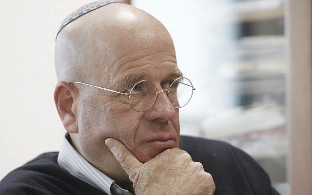L'auteur israélien Avraham Burg s'entretient avec l'homme d'affaires israélien Shlomo Ben-Tzv (non vu), lors d'une interview le 17 décembre 2013. Photo de Miriam Alster / FLASH90