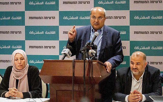 Le membre du parlement arabe israélien Ahmad Tibi, prenant la parole lors d'une conférence de presse annonçant une liste conjointe des partis arabes Hadash, Ta'al et Ra'am à Nazareth, dans le nord d'Israël, le 27 juillet 2019. Photo de Flash90