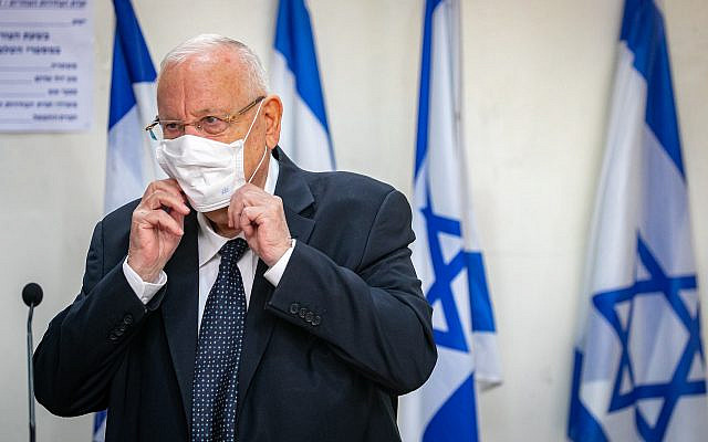 Le président Reuven Rivlin déposant son bulletin de vote dans un bureau de vote à Jérusalem, lors des élections à la Knesset, le 23 mars 2021. Photo d'Olivier Fitoussi / Flash90