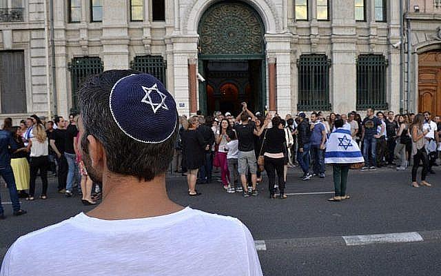 Manifestation organisée par le Conseil représentatif des institutions juives de France le 31 juillet 2014, devant une synagogue de Lyon. (AFP / Romain LaFabregue / Fichier)