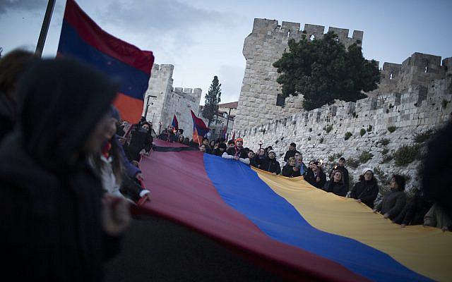 Les Arméniens défilent avec des drapeaux, des enseignes et des torches dans le quartier arménien de la vieille ville à l'église arménienne de la colonie allemande, à Jérusalem, alors qu'ils marquent le 100e anniversaire du génocide arménien, le 23 avril 2015. Les massacres, qui ont été menée par la Turquie, a commencé en avril 1915. Les communautés arméniennes du monde entier marquent le meurtre de près de 1,5 million d'Arméniens, le 24 avril de chaque année par des marches, des veillées et des rassemblements pour exiger la reconnaissance de la communauté mondiale et des réparations de la Turquie. Photo par Hadas Parush / Flash90
