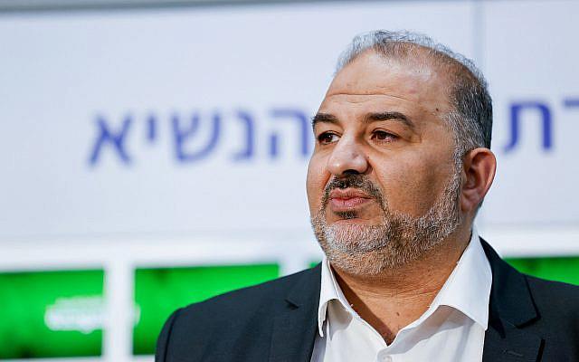 Mansour Abbas, chef du parti Ra'am, a fait une déclaration à la presse après avoir rencontré le président israélien Reuven Rivlin à la résidence du président à Jérusalem le 5 avril 2021, alors que Rivlin commençait à consulter les dirigeants politiques pour décider à qui confier la tâche de former un nouveau gouvernement après l'annonce des résultats des élections générales du pays il y a quelques jours. Photo par Yonatan Sindel / Flash90